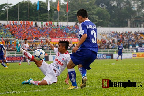 """Giải U21-Cup Clear Men: Cầu thủ lăn xả """"thủy chiến"""" - 1"""