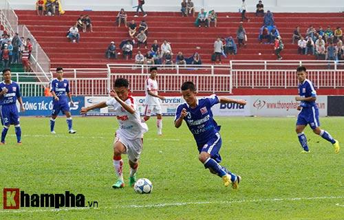"""Giải U21-Cup Clear Men: Cầu thủ lăn xả """"thủy chiến"""" - 4"""