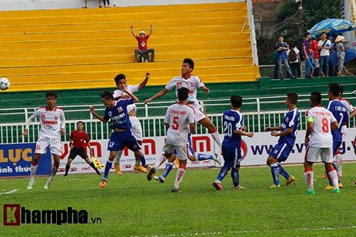 """Giải U21-Cup Clear Men: Cầu thủ lăn xả """"thủy chiến"""" - 5"""