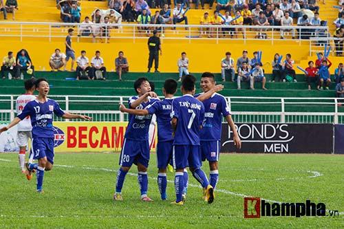 """Giải U21-Cup Clear Men: Cầu thủ lăn xả """"thủy chiến"""" - 6"""