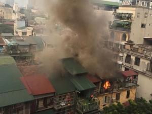 Tin tức trong ngày - Hà Nội: Sau tiếng nổ lớn, khu tập thể cháy ngùn ngụt