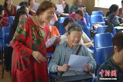 Cụ bà 83 tuổi nhận 8 tấm bằng sau khi theo học ĐH 28 năm - 1