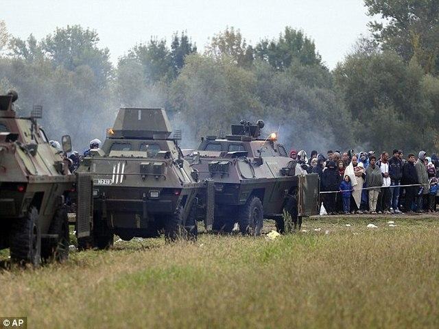 Slovenia dùng xe thiết giáp ngăn 12.000 người nhập cư - 1