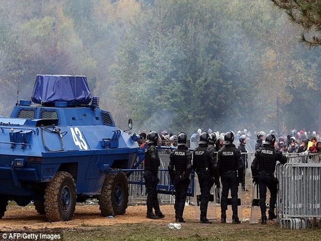 Slovenia dùng xe thiết giáp ngăn 12.000 người nhập cư - 2