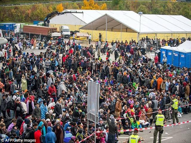 Slovenia dùng xe thiết giáp ngăn 12.000 người nhập cư - 3