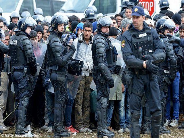 Slovenia dùng xe thiết giáp ngăn 12.000 người nhập cư - 4