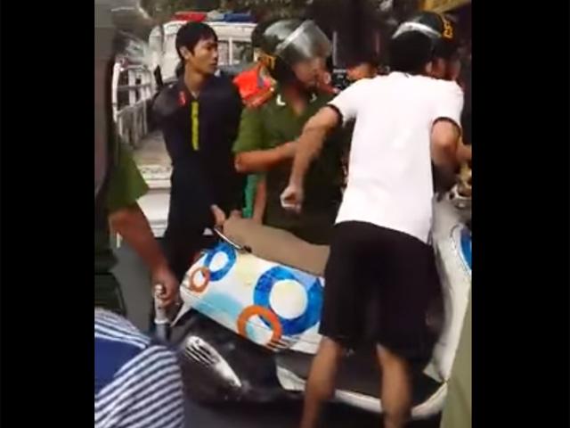 Clip: Nhóm thanh niên giằng co xe với cảnh sát - 1