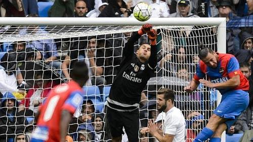 """Ronaldo """"trầm cảm"""" trước cầu môn, Benitez lại... mừng - 2"""