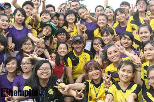 Fan nữ Việt xinh tươi bên huyền thoại của Dortmund - 1