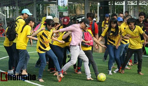 Fan nữ Việt xinh tươi bên huyền thoại của Dortmund - 2