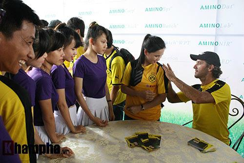 Fan nữ Việt xinh tươi bên huyền thoại của Dortmund - 5