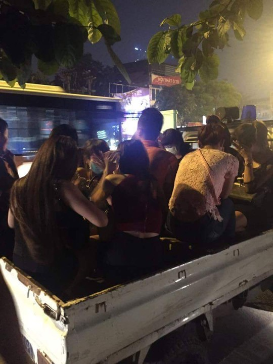 15 phút bắt 2 thanh niên đầu trần chở 8 cô gái tới quán karaoke - 1