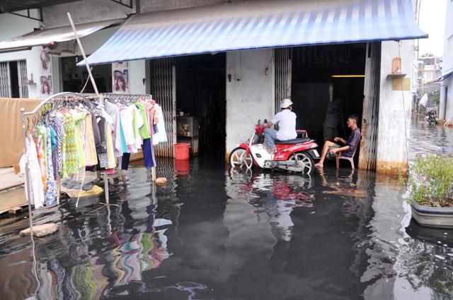 Ảnh: Sau mưa, Sài Gòn như miền Tây mùa nước nổi - 1
