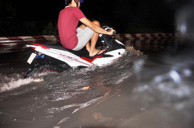 Ảnh: Sau mưa, Sài Gòn như miền Tây mùa nước nổi - 18