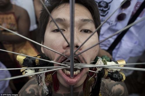 Rùng mình cảnh hành xác trong lễ hội ăn chay ở Thái Lan - 1