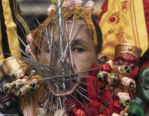 Rùng mình cảnh hành xác trong lễ hội ăn chay ở Thái Lan - 8