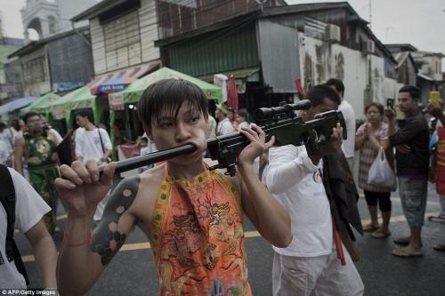 Rùng mình cảnh hành xác trong lễ hội ăn chay ở Thái Lan - 2