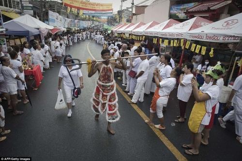 Rùng mình cảnh hành xác trong lễ hội ăn chay ở Thái Lan - 3
