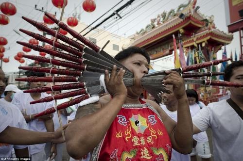 Rùng mình cảnh hành xác trong lễ hội ăn chay ở Thái Lan - 4