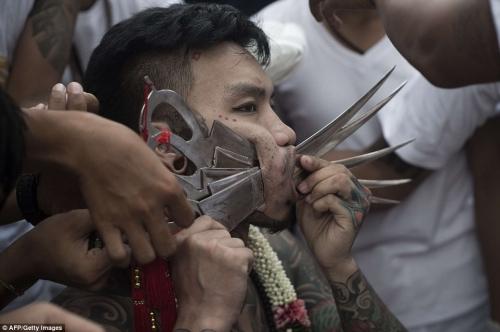 Rùng mình cảnh hành xác trong lễ hội ăn chay ở Thái Lan - 5
