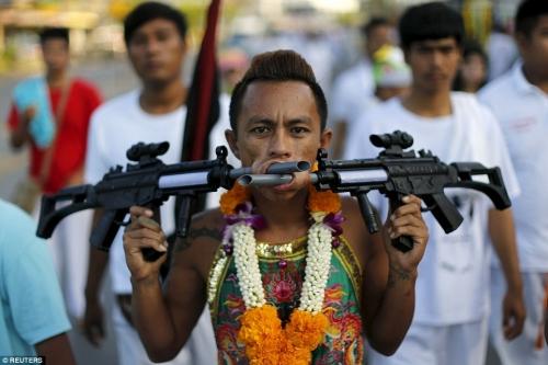 Rùng mình cảnh hành xác trong lễ hội ăn chay ở Thái Lan - 6