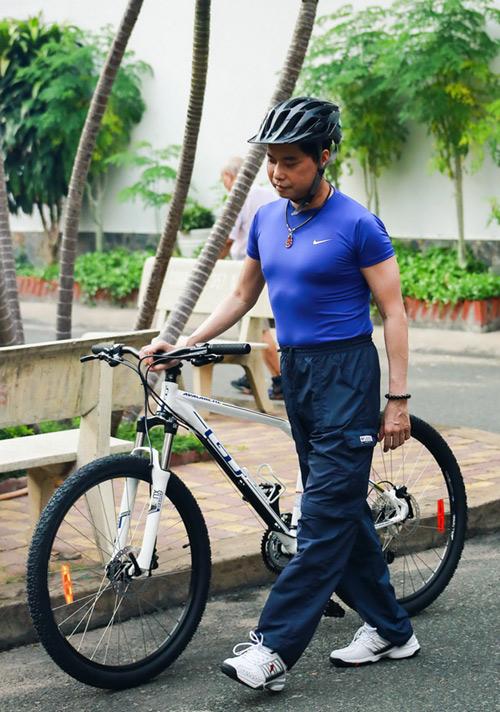 Ngọc Sơn chạy xe đạp đi tập hát - 3