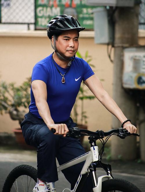 Ngọc Sơn chạy xe đạp đi tập hát - 1