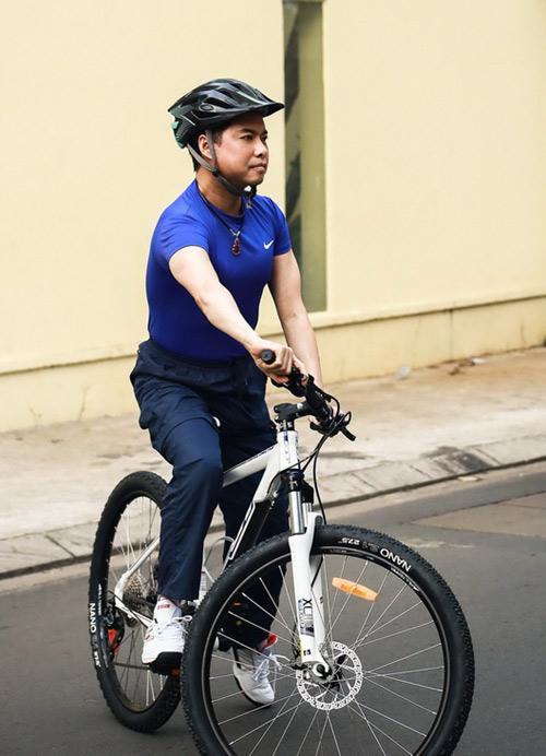 Ngọc Sơn chạy xe đạp đi tập hát - 2