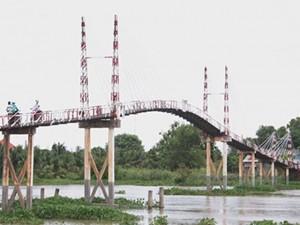 """Tin tức Việt Nam - """"Nín thở"""" đi qua cầu dây văng không phép đang chờ… sập"""