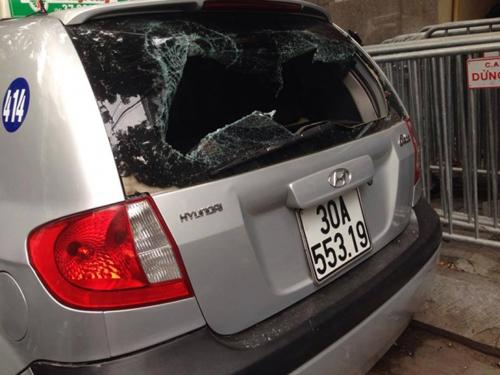 Gây tai nạn bỏ chạy, tài xế taxi bị dân lột áo hành hung - 1