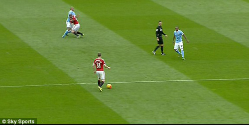 Lao đầu vào răng Kompany, Rooney đổ máu ròng ròng - 1