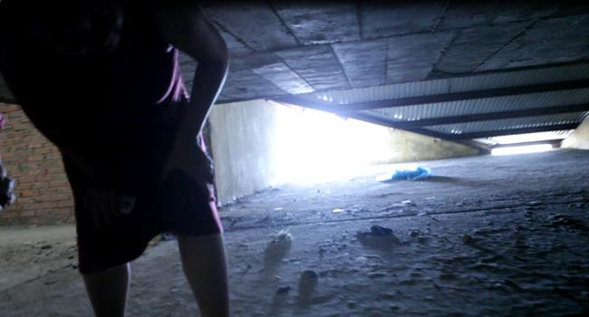 Clip: Bà bầu còng lưng chui hầm đi nhờ thang máy - 4