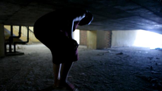 Clip: Bà bầu còng lưng chui hầm đi nhờ thang máy - 5