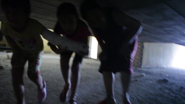 Clip: Bà bầu còng lưng chui hầm đi nhờ thang máy - 3