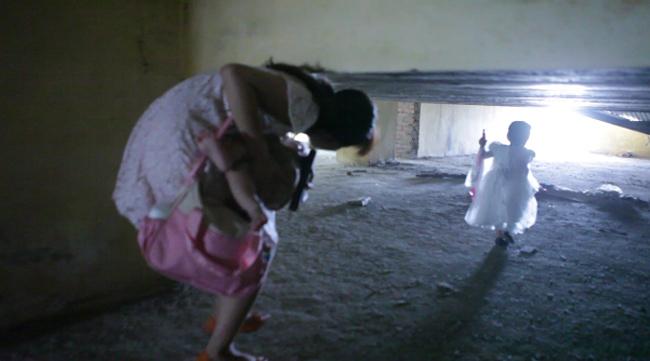 Clip: Bà bầu còng lưng chui hầm đi nhờ thang máy - 6