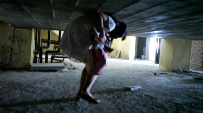 Clip: Bà bầu còng lưng chui hầm đi nhờ thang máy - 7