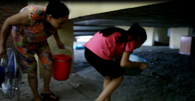 Clip: Bà bầu còng lưng chui hầm đi nhờ thang máy - 8