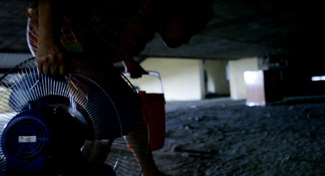 Clip: Bà bầu còng lưng chui hầm đi nhờ thang máy - 9