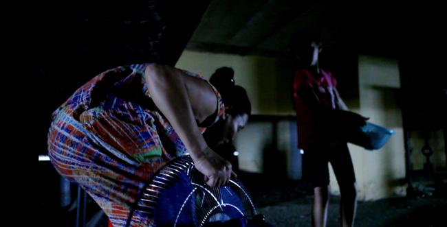 Clip: Bà bầu còng lưng chui hầm đi nhờ thang máy - 10