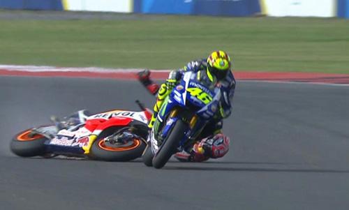 Scandal MotoGP: Rossi đạp đổ xe Marquez để về đích - 2
