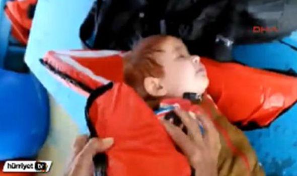 Bé trai Syria trôi nổi trên biển được cứu sống thần kỳ - 1