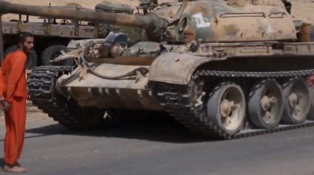 IS tung video cho xe tăng cán chết binh sĩ Syria 19 tuổi - 4