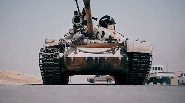 IS tung video cho xe tăng cán chết binh sĩ Syria 19 tuổi - 3