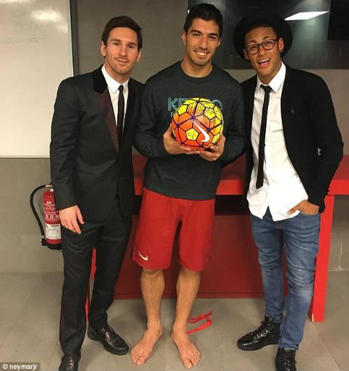 Neymar, Suarez thăng hoa: Còn ai nhớ Messi - 2