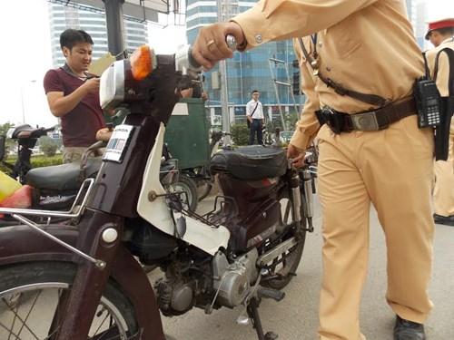 Hà Nội thu giữ hàng loạt xe máy cũ nát chạy trên đường - 4