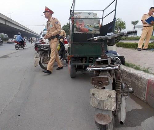 Hà Nội thu giữ hàng loạt xe máy cũ nát chạy trên đường - 7