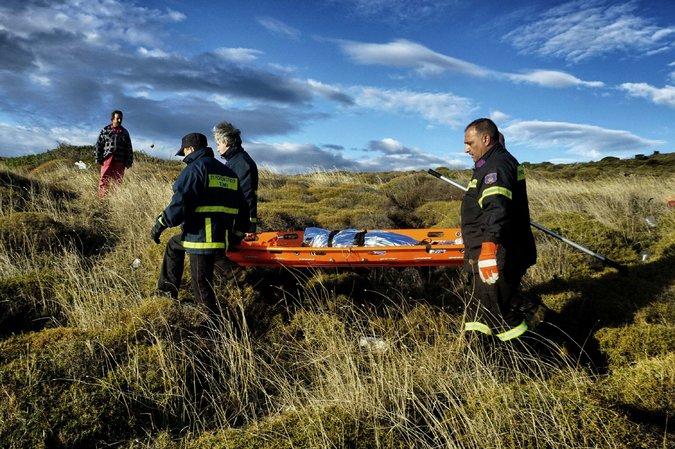 Phát hiện 2 bé di cư chết đuối dạt vào bờ biển Hy Lạp - 1