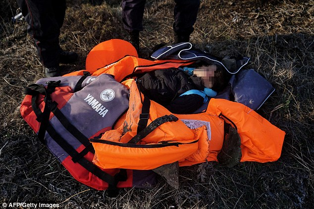 Phát hiện 2 bé di cư chết đuối dạt vào bờ biển Hy Lạp - 2