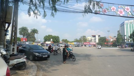 2 thanh niên truy sát người va chạm giao thông trên phố - 1