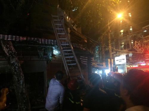 Hà Nội: Lửa bao trùm căn nhà 5 tầng trên phố Hàng Mã - 4